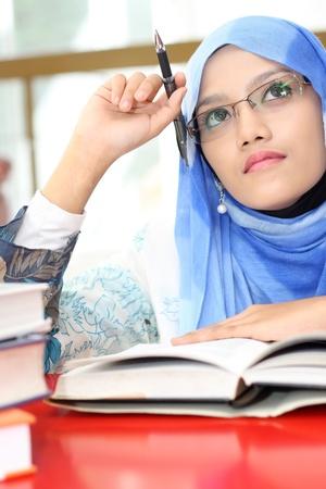 femmes muslim: Une jeune fille musulmane a �t� pens�e Banque d'images