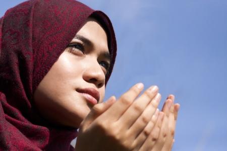 mujer rezando: Mujer joven que ruega Foto de archivo