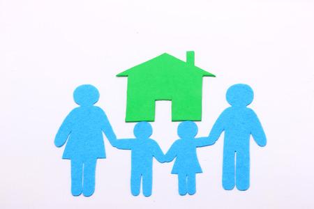 apoyo familiar: icono de la familia y de la casa verde