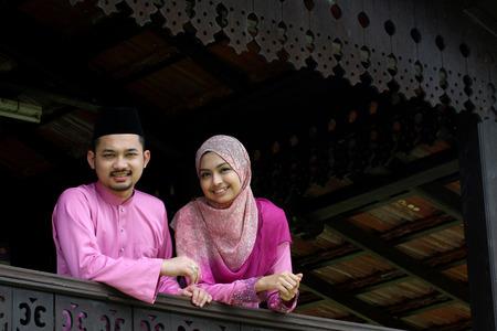 ハリラヤの挨拶とイスラム教徒のカップル 写真素材