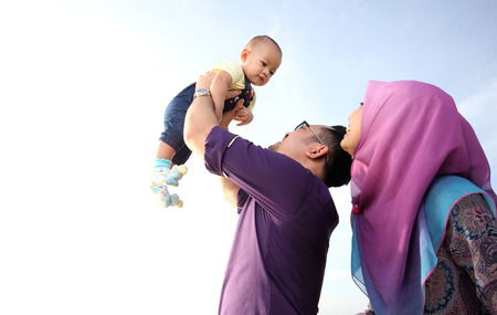 rodzina: asian rodzina korzystających jakości czasu na plaży z ojca, matki i syna