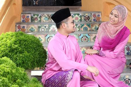 personas saludandose: Pareja musulmana con el saludo Hari Raya Foto de archivo