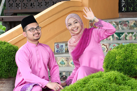 aidilfitri: Muslim couple with greeting hari raya.