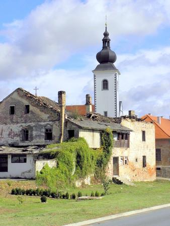 przypominać: Wiele zniszczonych domów pozostał nietknięty, aby przypomnieć nam o wojnie około 20 lat temu, Hrvatska Kostajnica, Chorwacja, 1