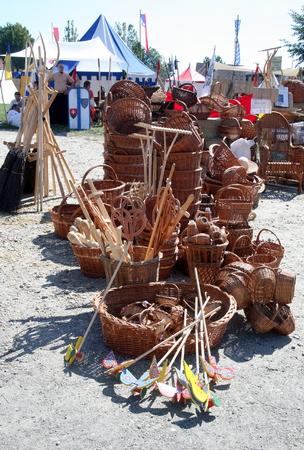 juguetes de madera: Fiesta del Renacimiento 2015, de mega espect�culo de Koprivnica hist�rico, murallas de la ciudad de Koprivnica, Croacia. Juguetes y canastas de madera. 5 Editorial