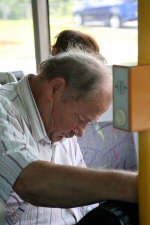gente durmiendo: Cansado viejo hombre que trabaja