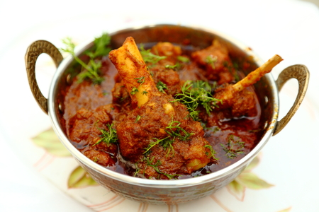 Indian style meat dish in a copper bowl Standard-Bild