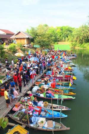 Mercado flotante en Hatyai Editorial