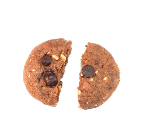 cikolatali: Chocolate chip cookie on white background