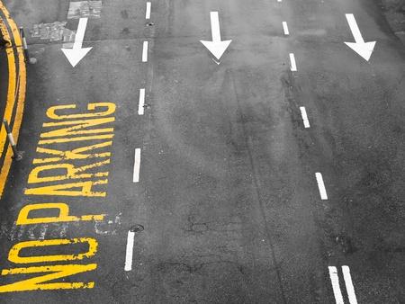 Signos de flecha como marcas en la calzada en una calle Foto de archivo