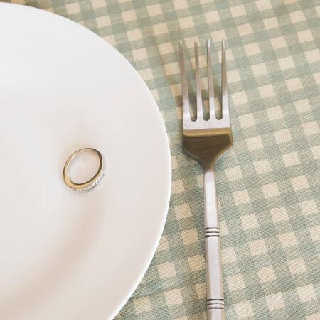 anillos de boda en un plato con un tenedor