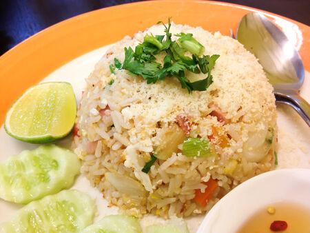 Arroz frito estilo tailand�s con el queso