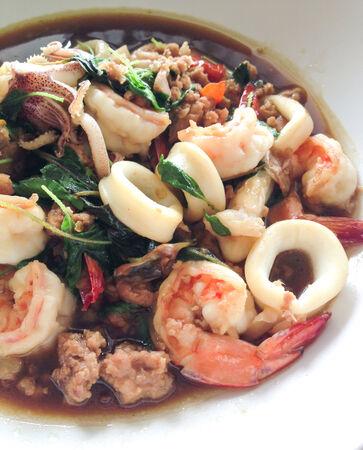 santa cena: Revuelva marisco frito con albahaca santa, comida tailandesa