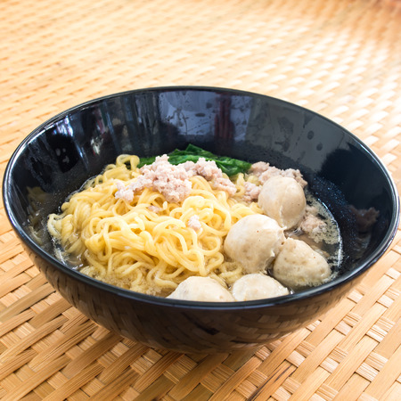 goi: Eating instant noodle with minced pork and pork ball