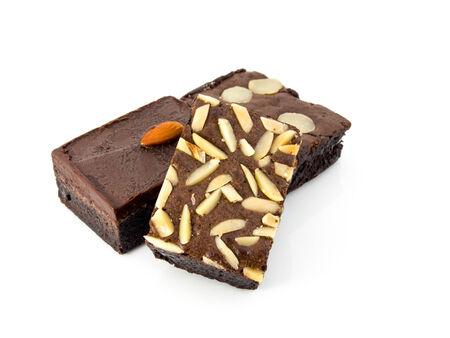 Pila de brownies aislado en blanco