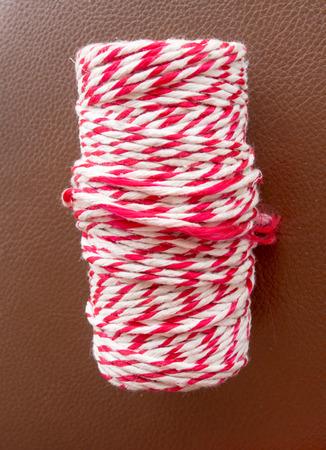 Rollo de cuerda de color rojo y blanco