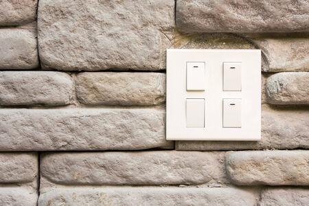 Los interruptores con pared de ladrillo en el fondo