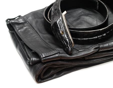 peau cuir: Pantalon en cuir noir et une ceinture de cuir noir isol� sur fond blanc