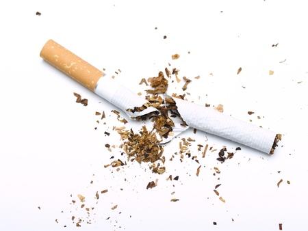 cigarrillos: Cigarrillo rota sobre fondo blanco Foto de archivo