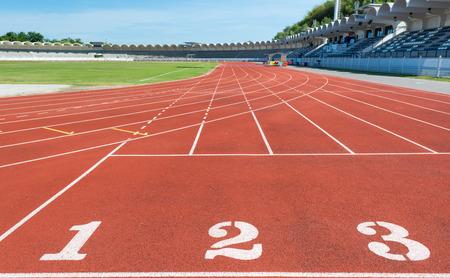 pista de atletismo: Cinta roja en el estadio con la numeración. Foto de archivo