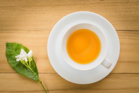 tazza di te: Tazza di tè in una vista dall'alto sfondo di legno Archivio Fotografico