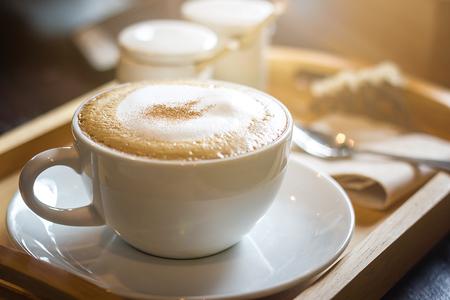 Zachte focus op capuccino koffiekop, koffie voor achtergrond - vintage effect proces foto