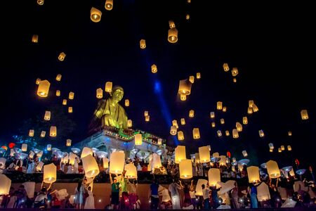 "Lamphun, Thailand - November 22, 2018: Peoples and Tourists release ""Khom loy"", hot-air balloon paper, to the sky in ""Yee Peng"" Festival at Wat Doi Ti, Lamphun, Thailand. Editöryel"