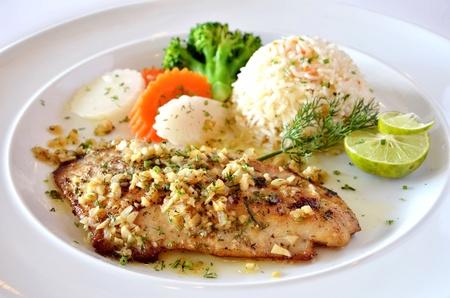 plato de pescado: pescados asados servidos con arroz frito  Foto de archivo