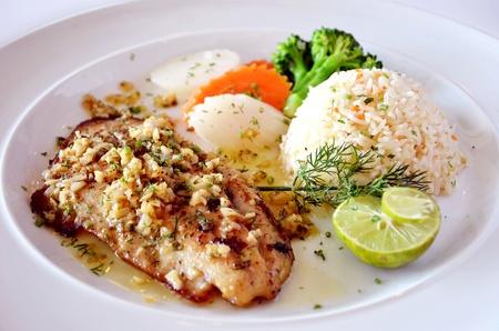 gebratenem Fisch, serviert mit gebratenem Reis Standard-Bild