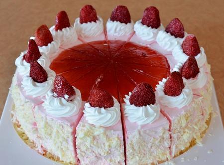 De hielo de fresa pastel de crema, hermoso pastel decorado de frutas Foto de archivo - 11682238
