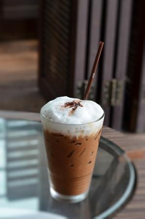 Bebida de café frío con hielo en una mesa Foto de archivo - 12911812