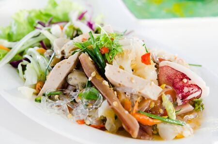 calamar: Ensalada picante de mariscos, cocina tailandesa