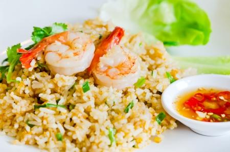 prawn: arroz frito y camarones servidos con salsa picante y verduras frescas