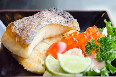 Ensalada fresca con huevo y pescado bacalao a la plancha japonesa en la placa Foto de archivo - 18652430