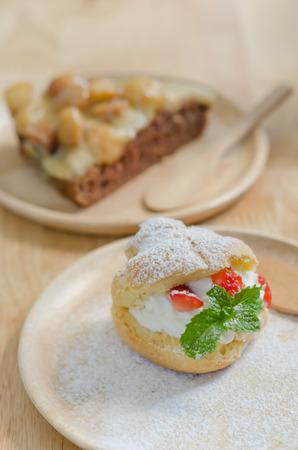 choux: fresco Crema Choux fresa en plato de madera