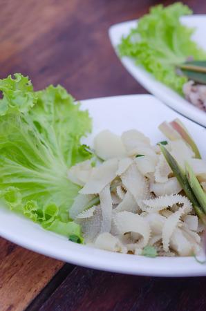 intestinos: entra�as de est�mago de carne cocida servido con lechuga fresca