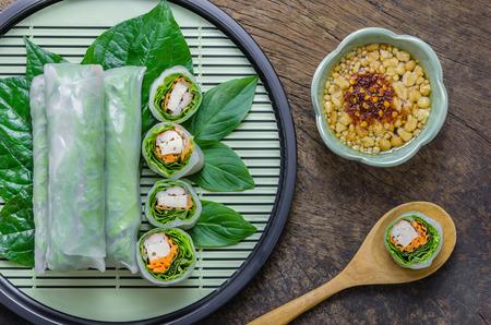 상위 뷰 신선한 봄 롤, 베트남어 음식입니다.