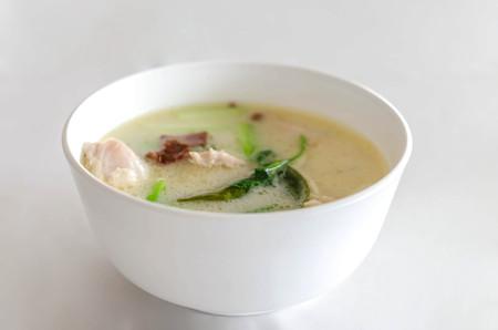 sopa de pollo: Sopa tailandesa picante de pollo en leche de coco, las setas, el sabor intenso de galanga, hierba de lim�n, hojas de lima kaffir, cilantro