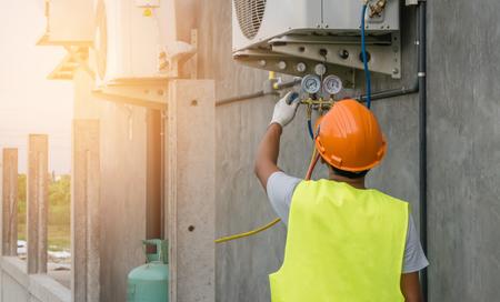 Il meccanico automatico utilizza un manometro sul compressore d'aria