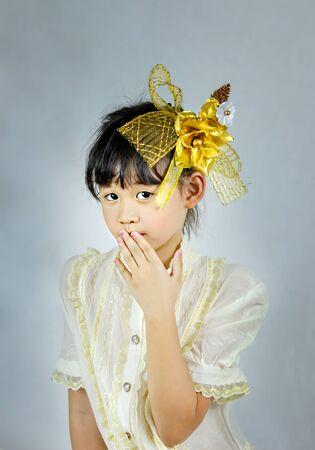 Portrait of asian little girl with golden flower Foto de archivo - 128099454