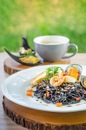 close up black seafood pasta on white plate Foto de archivo - 128099996