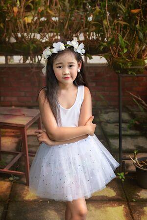 Portrait of asian little  girl in white dress Foto de archivo - 128100378