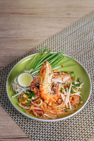 favorite thai food ( pad thai ) , stir-fried noodles with prawn Banco de Imagens