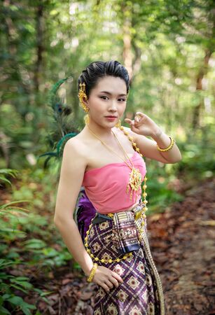 Portrait of beautiful woman in traditional asian dresses Banco de Imagens - 149391370