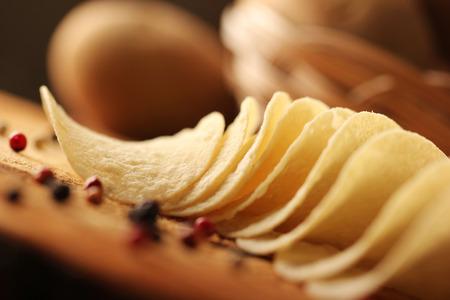 billet: Potato chips on a wooden billet.