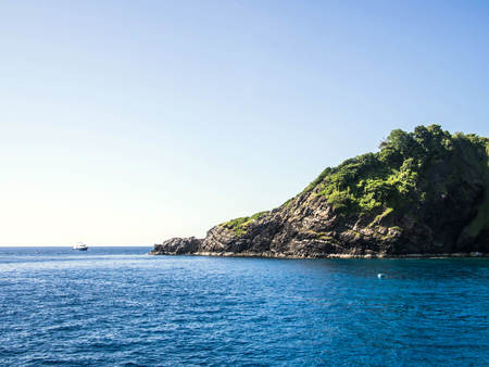 島とヨットの背景を持つ海の海風景 写真素材