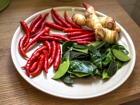 タイ料理食材スパイス ハーブ唐辛子プレート上