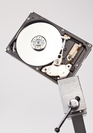 vise: Disco duro, inaugurado en el tornillo de banco Foto de archivo