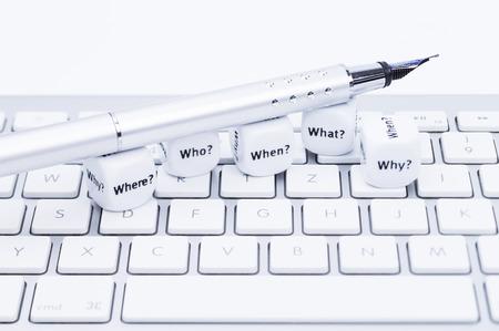 klawiatura: Obrazy pokazuje zmierzających pytanie konnych z piórem na klawiaturze Compter