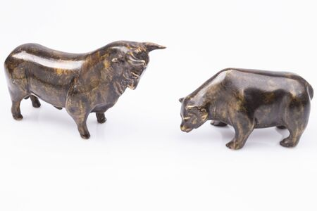 The photo shows a bull and a bear isolated on white Standard-Bild